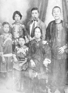 A Chinese immigrant family (no date). The Chinese immigrants are said to have originated mainly from areas such as Hong Kong, Canton, Amoy and Whampoa