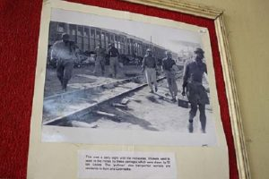 Photography showing workers on their way to the mining areas. According to the museum, up to the 1960s carriages (in the background) took them to work